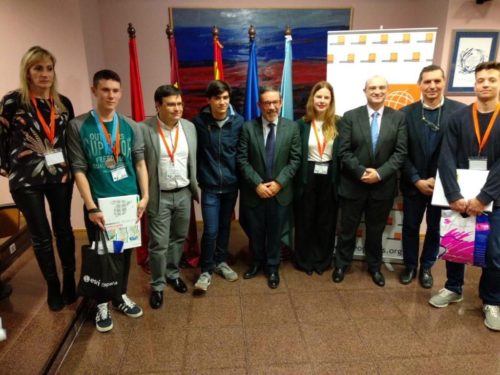 Foto de los tres ganadores de la X Olimpiada de Geografía con las autoridades asistentes.